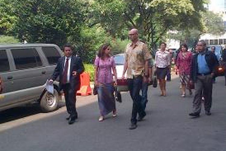 Pengacara Guru JIS, Hotman Paris Hutapea mendatangi Polda Metro Jaya untuk melaporkan Orang Tua murid JIS atas tuduhan pencemaran nama baik, Kamis (12/6/2014)
