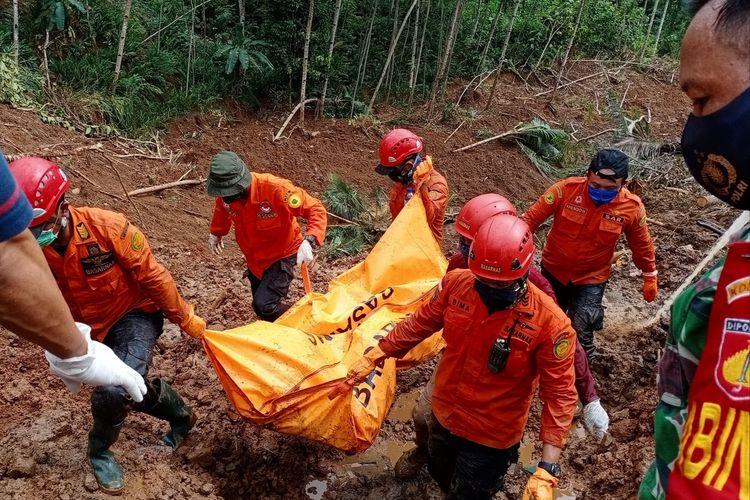 Evakuasi jasad korban longsor ketiga di Dusun Krajan, Desa Kalijering, Kecamatan Padureso, Kabupaten Kebumen, Jawa Tengah, Minggu (14/2/2021).