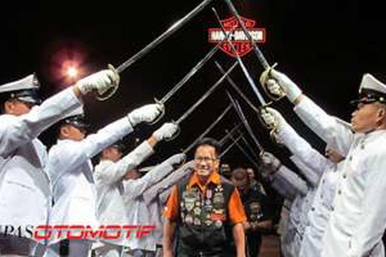 Presiden Direktur MHD Djonnie Rahmat saat perayaan ulang tahun Mabua ke-15, 2013 silam, dalam suasana upacara pedang pora.
