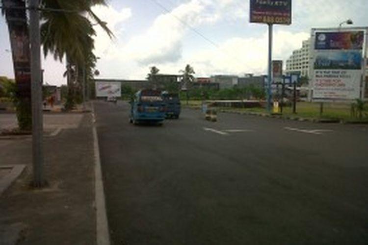 Ruas jalan di Kota Manado terlihat sepi pasca dinaikkannya harga BBM dan kenaikan tarif angkutan dalam kota.