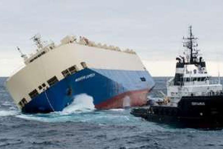 Upaya untuk menegakkan Modern Express belum berhasil sehingga kapal itu terancam menghantam daratan Perancis.