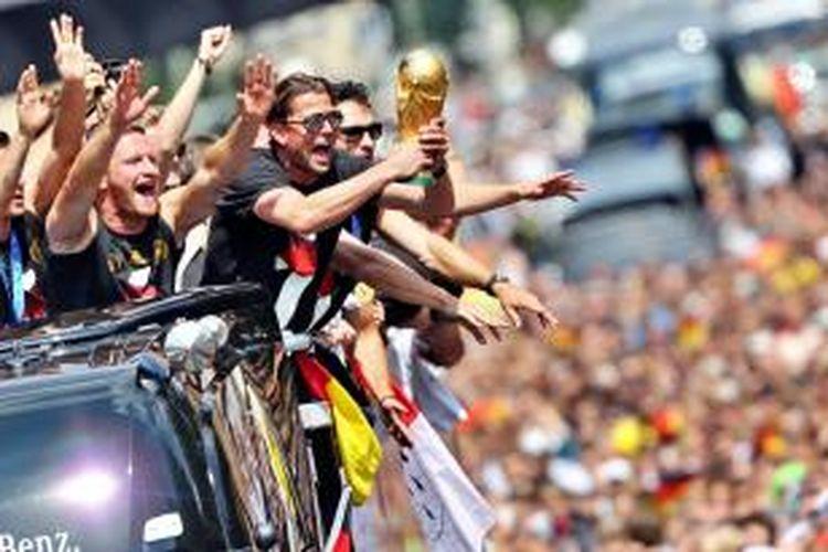 Para pemain tim nasional Jerman saat melakukan parade keberhasilan meraih juara Piala Dunia 2014 di Gerbang Brandenburg, Berlin.