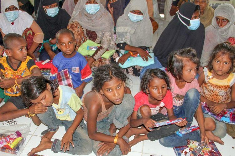 Sejumlah etnis Rohingya menunggu di ruangan setelah menjalani pemeriksaan kesehatan dan identifikasi di tempat penampungan sementara di bekas kantor Imigrasi Punteuet, Blang Mangat, Lhokseumawe, Aceh, Jumat (26/6/2020). Hasil identifikasi dan pemeriksaan tes diagnosa cepat (rapid test) COVID-19 menyatakan sebanyak 99 orang etnis Rohingya dinyatakan non reaktif. ANTARA FOTO/Rahmad/pras