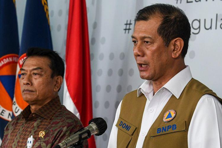 Kepala Badan Nasional Penanggulangan Bencana (BNPB) Doni Monardo (kanan) didampingi Kepala Staf Kepresidenan Moeldoko (kiri) memberikan keterangan pers di Graha BNPB, Jakarta, Jumat (27/3/2020). Untuk menangani penyebaran virus COVID-19, Kantor Staf Presiden menyerahkan bantuan masker dan sarung tangan masing-masing sebanyak  1 juta buah yang diserahkan kepada Gugus Tugas Percepatan Penanganan COVID-19 BNPB. ANTARA FOTO/Nova Wahyudi/nz