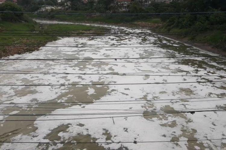 Tampak Kali Bekasi berbusa tercemar limbah detergen, Sabtu (9/2/2019).