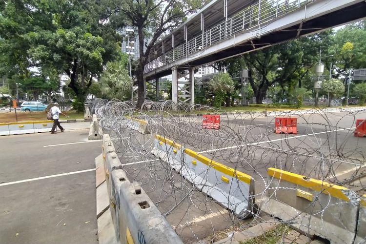 Kawat berduri dipasang di Jalan Medan Merdeka Barat dekat Patung Kuda, Jakarta Pusat, Jumat (16/10/2020)
