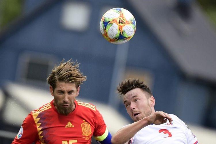 Sergio Ramos berduel dengan Viljormur Davidsen  pada pertandingan Kep Faroe vs Spanyol dalam babak kualifikasi Euro 2020 di Stadion Torsvollur, 7 Juni 2019.