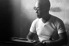 Pramoedya Ananta Toer dan Bumi Manusia: Perlawanan dari Balik Penjara