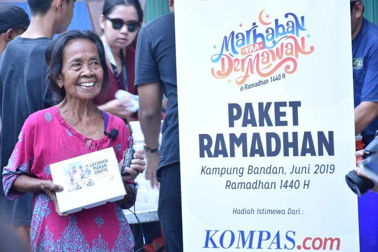 Pembagian paket makanan oleh Kompas.com dan ACT di Kampung Bandan, Senin (3/6/2019).