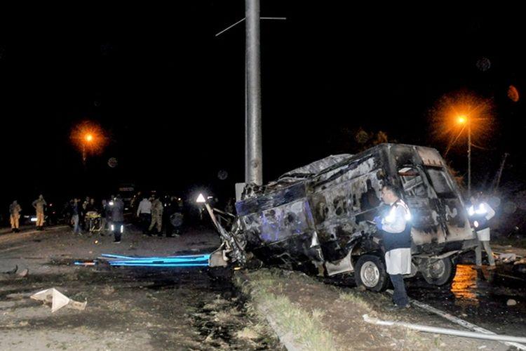 Kondisi bus yang membawa puluhan migran setelah mengalami kecelakaan di Igdir, Turki, Kamis (29/3/2018) malam.