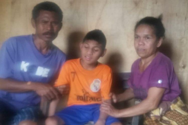 Foto :Julius Leonardus Perik (13), bocah asal Karot, Kelurahan Karot, Kecamatan Langke Rembong, Kabupaten Manggarai, Flores, NTT menderita lumpuh sejak lahir foto bersama kedua orang tuanya, Kamis (31/10/2019).