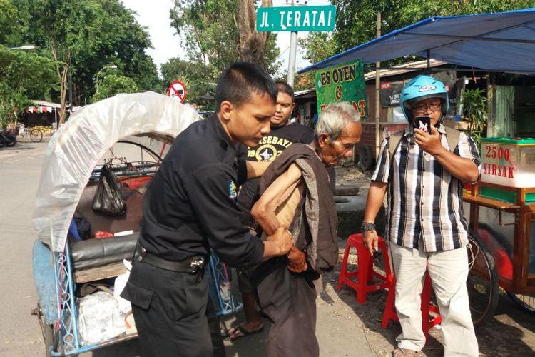 Seorang kakek pengayuh becak dievakuasi ke rumah sakit.