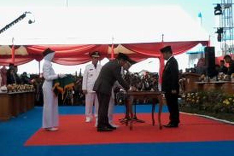 Gubernur Sulsel, Syahrul Yasin Limpo memimpin pelantikan Walikota Makassar,Moh Ramdhan Pomanto-Syamsu Rizal di pelataran Bugis Makassar Anjungan Pantai Losari. Dalam pelantikan itu, hadir Ilham Arief Sirajuddin mengenakan jas coklat menyerahkan jabatannya, sedangkan Wakil Walikota lama, Supomo Guntur tidak hadir dan menyerahkan jabatannya, Kamis (8/5/2014).