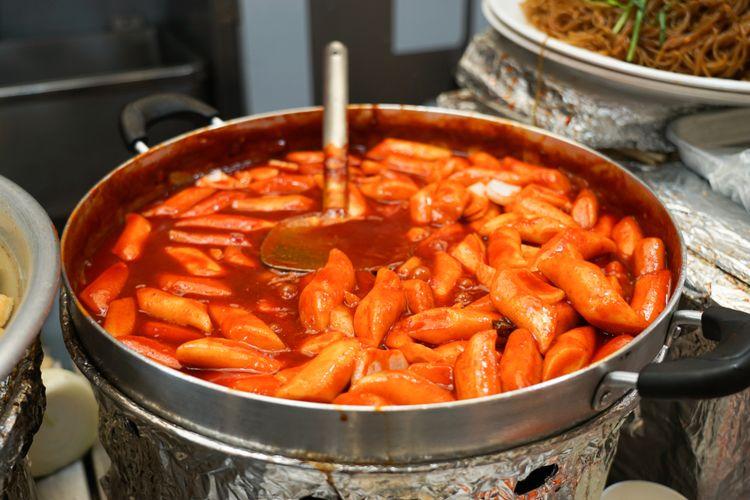 Ilustrasi tteokbokki saus gochujang, kuliner khas Korea Selatan yang sering muncul pada drama Korea.