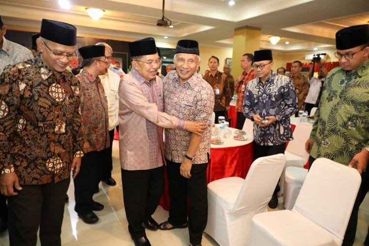 Wakil Presiden RI Jusuf Kalla berangkulan dengan Ketua Dewan Partai Amanat Nasional (PAN) Amien Rais di Gedung Pusat Dakwah Muhammadiyah, Jakarta, Rabu (4/7/2018).
