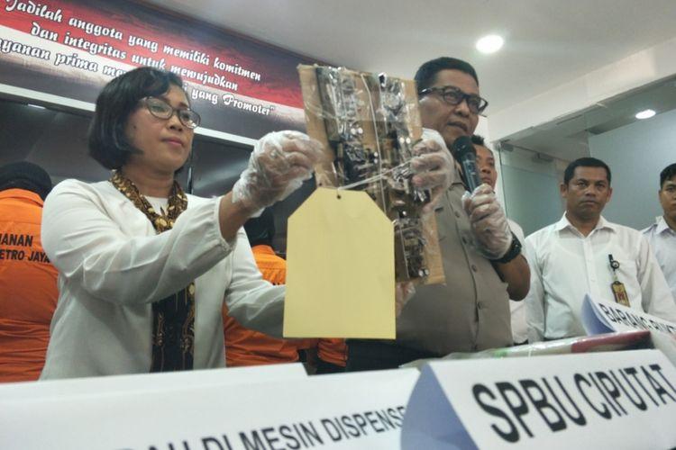 Rilis pengungkapan kasus pengurangan takaran BBM di dua SPBU di Tangerang. Foto diambil pada Senin (30/4/2018).