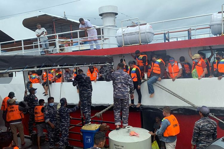 Proses evakuasi ratusan penumpang KM Simba 1 yang mengalami patah kemudi di perairan Kabupaten kepulauan Sula, Maluku Utara, Kamis (9/9/2021).