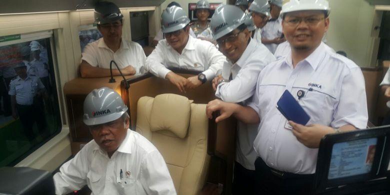 COBA--Menteri PUPR, Basuki Hadimuljono mencoba kereta sleeper pesanan PT KAI yang dibuat PT INKA, Madiun, Jawa Timur, Selasa ( 29/5/2018) sore.