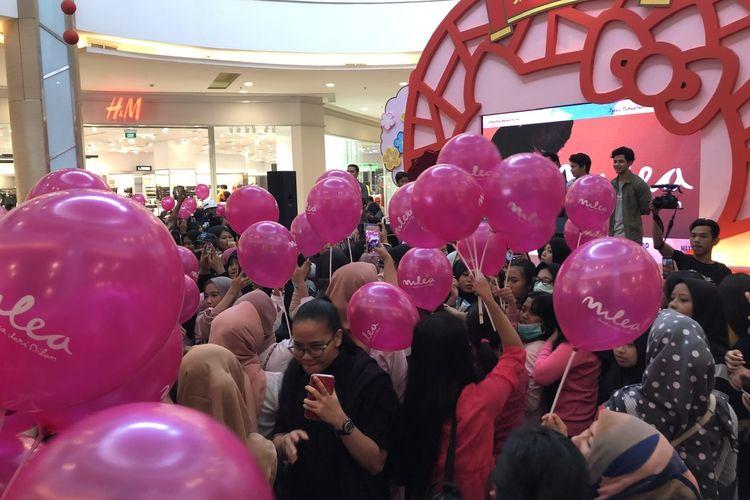 Pembagian balon merah muda dakam gelaran acara Parade Milea di Grand Galaxy Park Bekasi, Jawa Barat, Sabtu (8/2/2020).