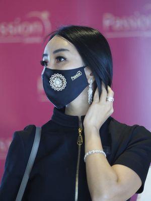 Masker premium yang bisa diberi hiasan berlian.