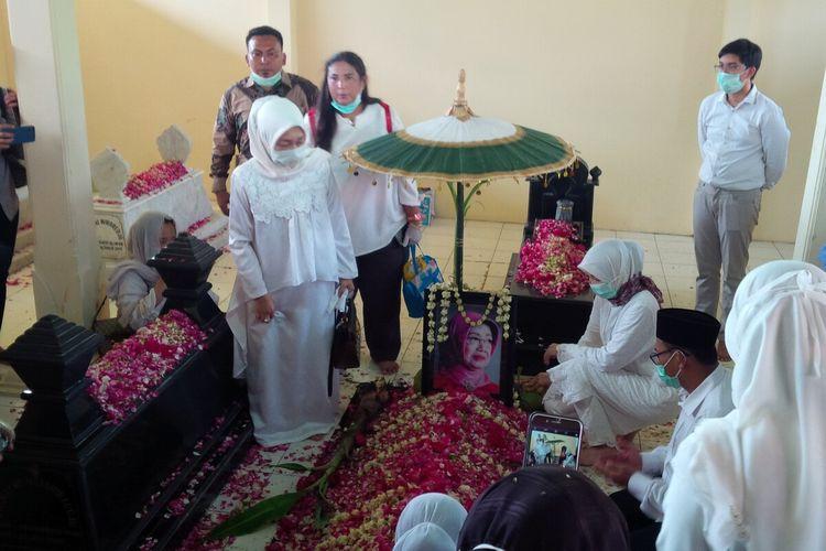 Almarhumah Ibunda Presiden Jokowi, Sujiatmi Notomiharjo dimakamkan di sisi kanan suaminya di pemakaman keluarga Mundu, Selokaton, Gondangrejo, Karanganyar, Jawa Tengah, Kamis (26/3/2020) siang.