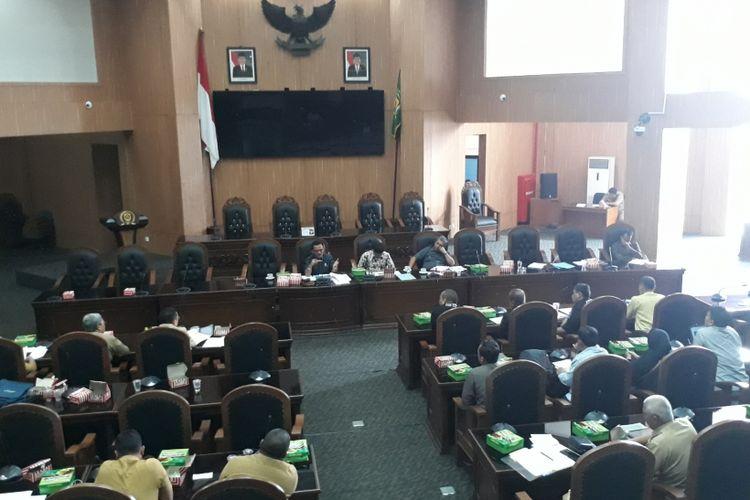 Sejumlah perwakilan warga Desa Bojonggede bersama Komisi I DPRD Kabupaten Bogor dan dinas terkait sedang membahas rapat dengar pendapat soal pembongkaran rumah warga di Bojonggede, di Ruang Rapat Paripurna DPRD, Senin (26/2/2018).