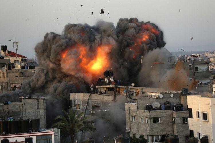 Bola api mengepul dari sebuah gedung di kawsan Rimal, Gaza City, pada 16 Mei, selama bombardir Israel ke area yang dikuasai Hamas tersebut.