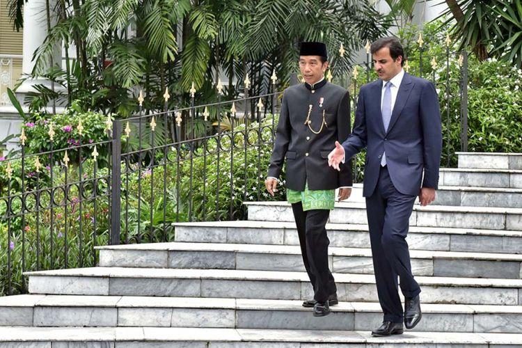 Presiden Joko Widodo mendampingi Emir Qatar Syekh Tamim bin Hamad bin Khalifa al-Tsani saat kunjungan kenegaraan di Istana Presiden Bogor, Jawa Barat, Rabu (18/10/2017).