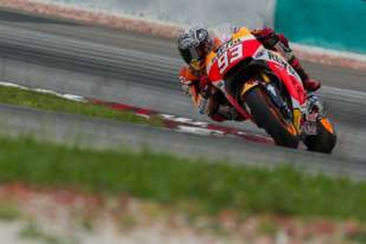 Pebalap Repsol Honda asal Spanyol, Marc Marquez, memacu motornya pada hari ketiga tes pramusim MotoGP 2016 di Sirkuit Sepang, Malaysia, Rabu (3/2/2016).