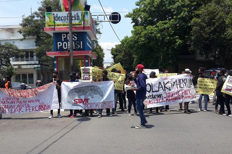 Aksi Aliansi Mahasiswa Timur Melawan di Kota Malang menolak pembangunan Jurassic Park di Perempatan Rajabali Kota Malang, Rabu (4/11/2020).