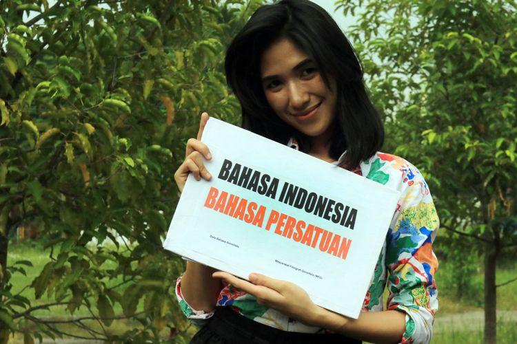 Larasati Dajar (24), Duta Bahasa dari Gorontalo mengampanyekan pentingnya penggunaan Bahasa Indonesia yang telah berhasil menyatukan berbagai keragaman budaya Indonesia.