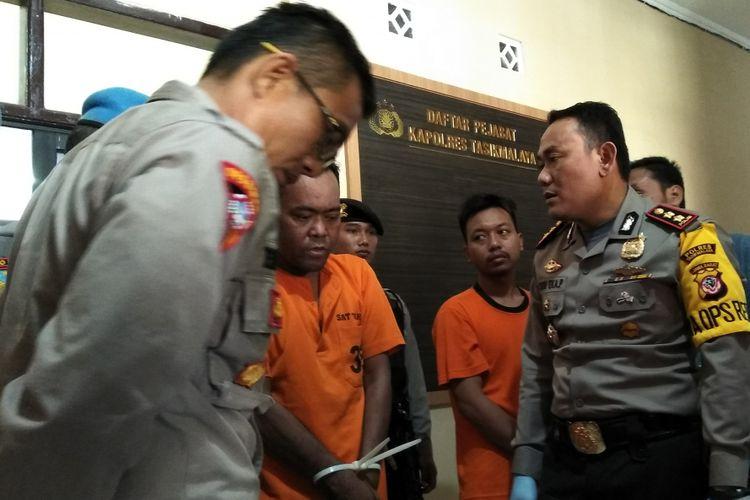 Kapolres Tasikmalaya menunjukkan pelaku pembunuhan seorang kakak oleh adik kandungnya sendiri, Jumat (16/11/2018).
