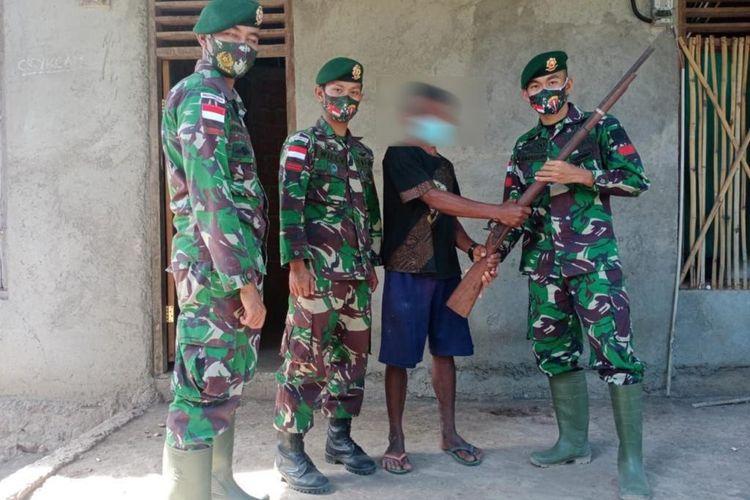 Warga perbatasan serahkan senjata api rakitan kepada anggota TNI
