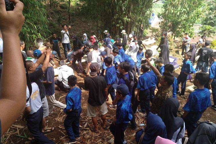 Prosesi pemakaman siswi SMP di Tasikmalaya yang ditemukan tewas di gorong-gorong sekolahnya dihadiri teman-teman sekolahnya dan warga setempat pada Rabu (29/1/2020) lalu.
