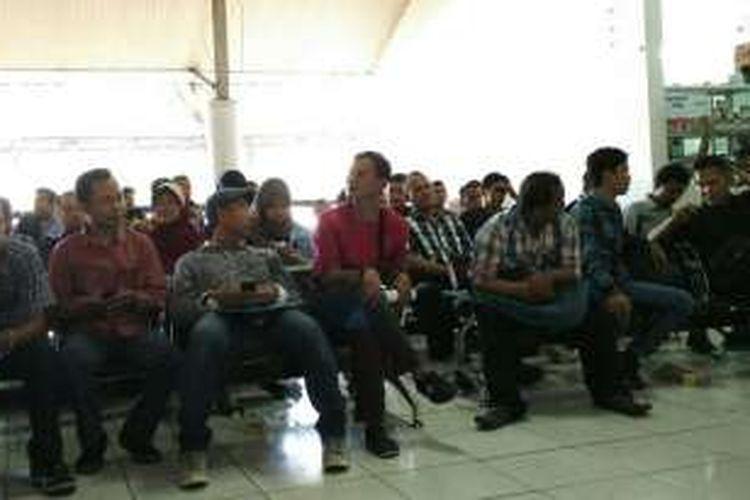 Para pemohon SIM menunggu hasil ujian tulis keluar di loket 5 Satpas Daan Mogot, Jakarta Barat, Senin (2/5/2016).