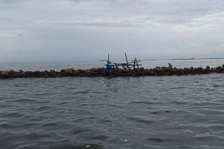 Bebatuan pemecah ombak di perairan Kali Adem, Muara Angke, Penjaringan, Jakarta Utara, tempat dua pemancing dihantam ombak besar pada Minggu (6/12/2020).