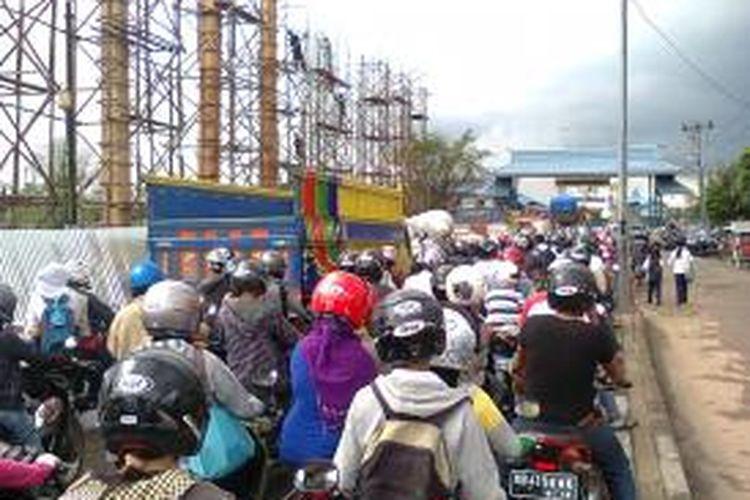 Ratusan kendaraan mengantre dan tertahan di gerbang masuk pelabuhan penyeberangan Sungai Kapuas setelah jembatan Kapuas I ditutup total, Selasa (3/9/2013).