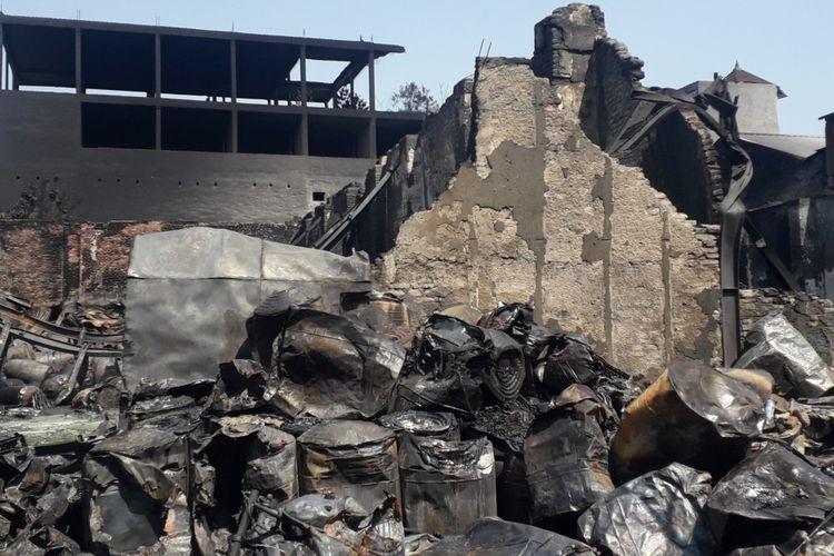Drum-drum yang terbakar di gudang zat kimia kampung Bandan, Pademangan