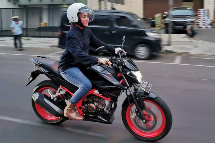 Istri Ridwan Kamil, Atalia Praratya saat menjajal motor Honda CB150R.