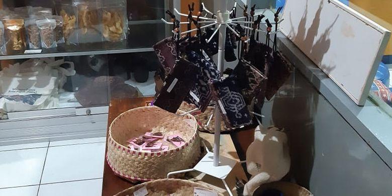 Aneka suvenir di Galeri Sonya Tenun di kota Maumere, Kabupaten Sikka, Flores, Nusa Tenggara Timur, Kamis (9/5/2019).