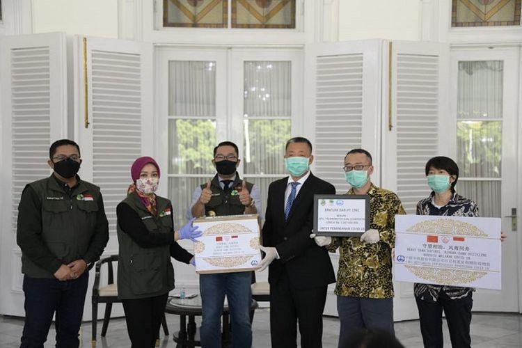 Gubernur Jawa Barat (Jabar) Ridwan Kamil, saat menerima bantuan penanganan coronavirus disease 2019 (Covid-19) dari berbagai pihak, di Gedung Pakuan Bandung, Rabu (29/4/2020).