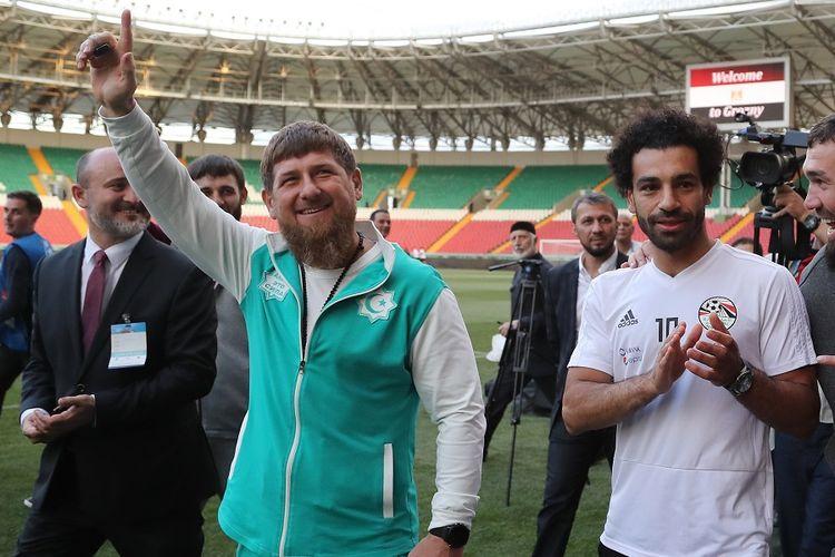 Kepala Negara Chechnya, Ramzan Kadyrov (tengah), menyapa pendukung Timnas Mesir beserta penyerang sekaligus bintangnya, Mohamed Salah, di Akhmat Arena Grozny, 10 Juni lalu.