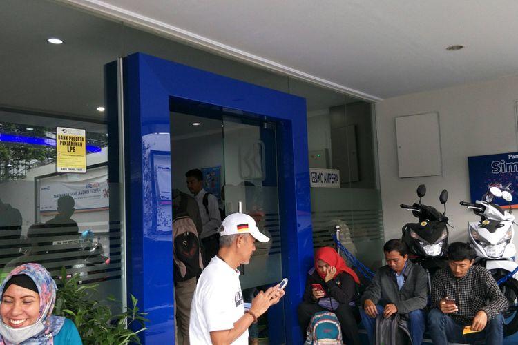 Suasana antrean nasabah penggantian kartu ATM di Kantor Cabang BRI Ampera, Jakarta, Senin (26/3/2018).