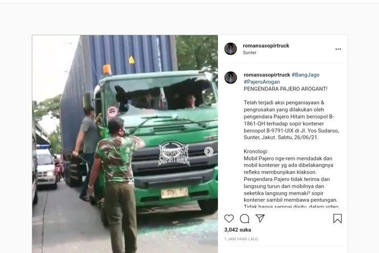 Tangkapan layar video seorang pengendara diduga aniaya sopir dan pecahkan kaca truk kontainer di Sunter, Jakarta Utara, Sabtu (26/6/2021).