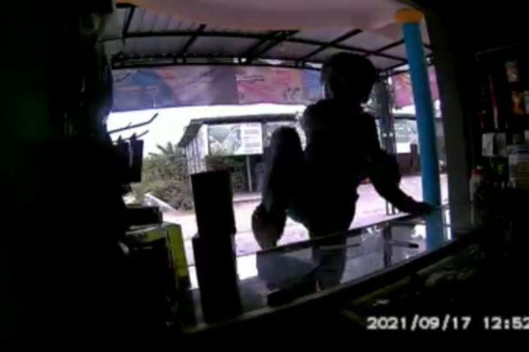 Tangkapan layar video CCTV aksi pencurian di konter handphone di Dusun Panderejo, Desa Simorejo, Kecamatan Widang, Tuban.