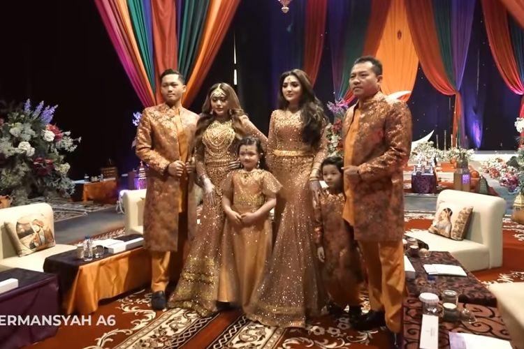 Aurel Hermansyah (kedua dari kiri) berfoto bersama orangtua dan adik-adiknya di acara Henna Night di Jakarta, Sabtu (20/3/2021).