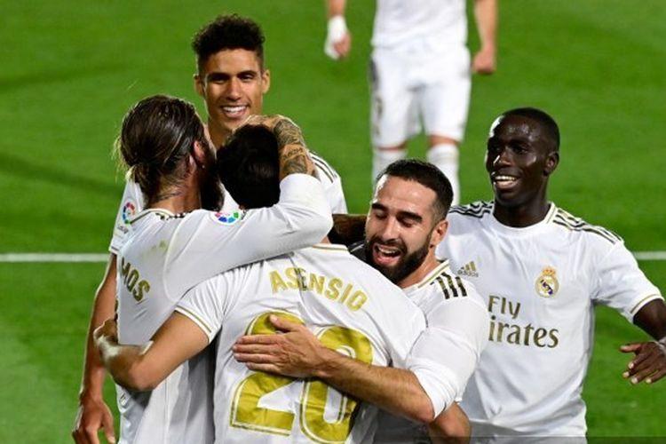 Gelandang Real Madrid Marco Asensio berselebrasi dengan rekan-rekannya usai membobol gawang Valencia.