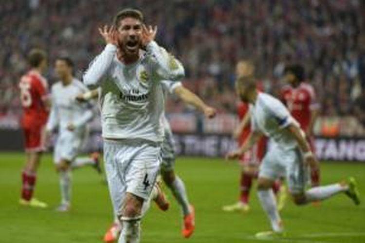 Bek Real Madrid, Sergio Ramos, merayakan gol ke gawang Bayern Muenchen pada laga semifinal leg kedua Liga Champions di Allianz Arena, Muenchen, Selasa (29/4/2014).