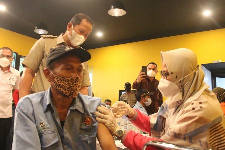 Vaksinasi Covid-19 bagi para sopir Jak Lingko digelar di Saung H. Family di Jalam Arteri Marunda No. 35, Kelurahan Semper Timur, Kecamatan Cilincing, pada Selasa (14/9/2021).