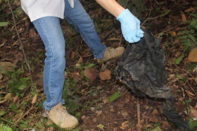 Celana panjang dan ikat pinggang yang ditemukan petugas di Kecamatan Lakitan Kabupaten Musi Rawas tak jauh dari kerangka manusia yang diduga adalah Sofyan sopir taksi online korban perampokan.